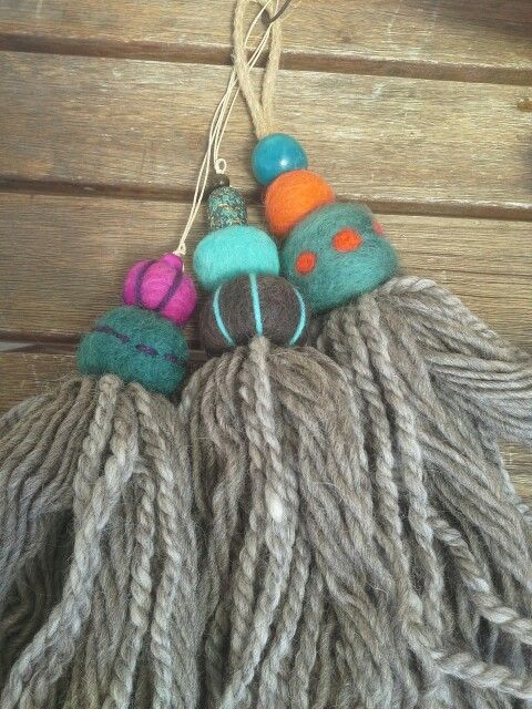 Borlas de lana virgen y fieltro bordado