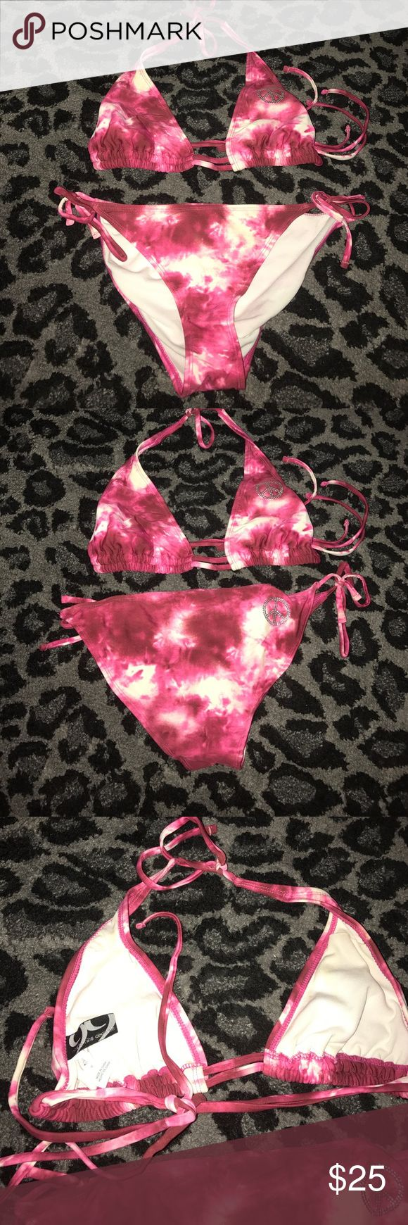 Buckle swimsuit pink Brand is 99degrees from buckle store. Top and bottom are both medium. Buckle Swim Bikinis