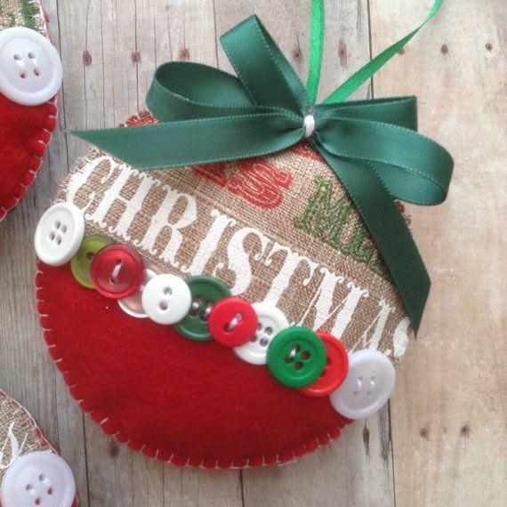 Kerst jute ornamenten - Christmas Tree decoratie - handgemaakte sieraden Design in stof - vilt en Decor met een prachtig groen, wit en rode knop... Zeer klassiek en zeer crafty. Ideaal voor een verbazingwekkende accenten voor een Xmas Decor van dit seizoen.  Dit is een set van 3 en de meting heeft een diameter van 4.  Ga bezoek mijn winkel voor meer variatie... Veel plezier!!!  craftbybeba.etsy.com  Ik hoop dat je gevonden wat je zocht... Altijd welkom!  Kerstboom ornamenten sectie