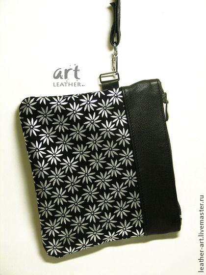 Кожаный клатч Черный цветочный. Маленькая сумочка-клатч из черной кожи с принтованными серебряными цветами.   Верх сумочки — из черной галантерейной кожи.    Для ключей, помады и документов.    Ручка-петелька, сумка носиться на запястье или в руке.