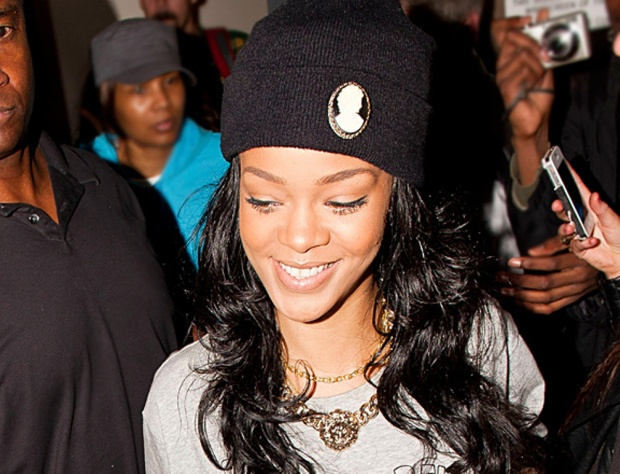 rihanna showing off her chunky chain #chains #mjtrimming