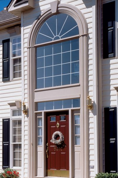 Elementos decorativos en la puerta princuipal de acceso a una casa de madera americana