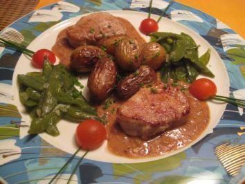 Rezept: Medaillons vom Schweinefilet auf Dijoner-Senfsauce mit Kaiserschoten & Rosmarinkartoffeln