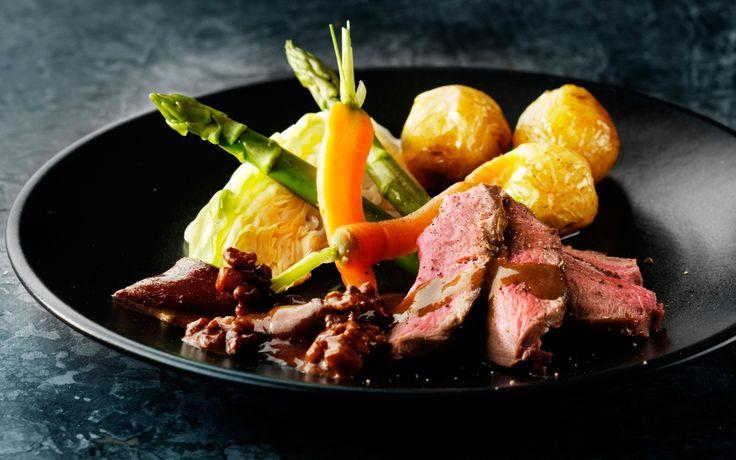 Dådyrfilet og valnøddesauce Rigtig lækker gæstemad! Server med sprøde, dampede grøntsager.