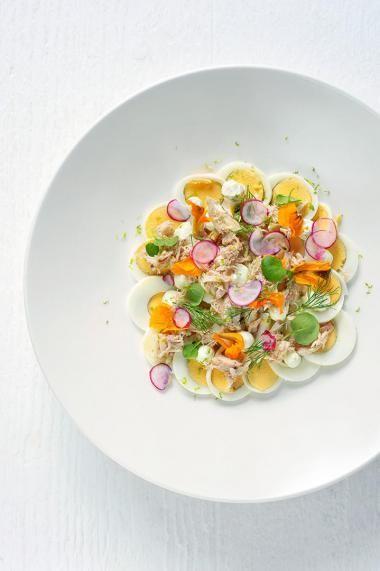 Carpaccio van ei en Noordzeekrab  http://njam.tv/recepten/carpaccio-van-ei-en-noordzeekrab