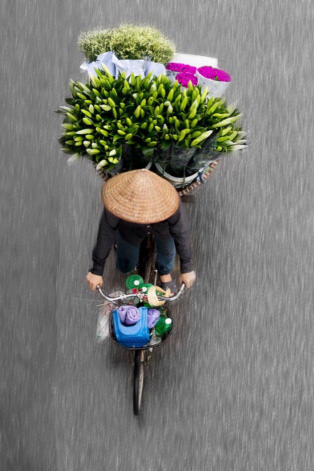 Una fotógrafa captura la belleza de las vendedoras callejeras en Hanoi
