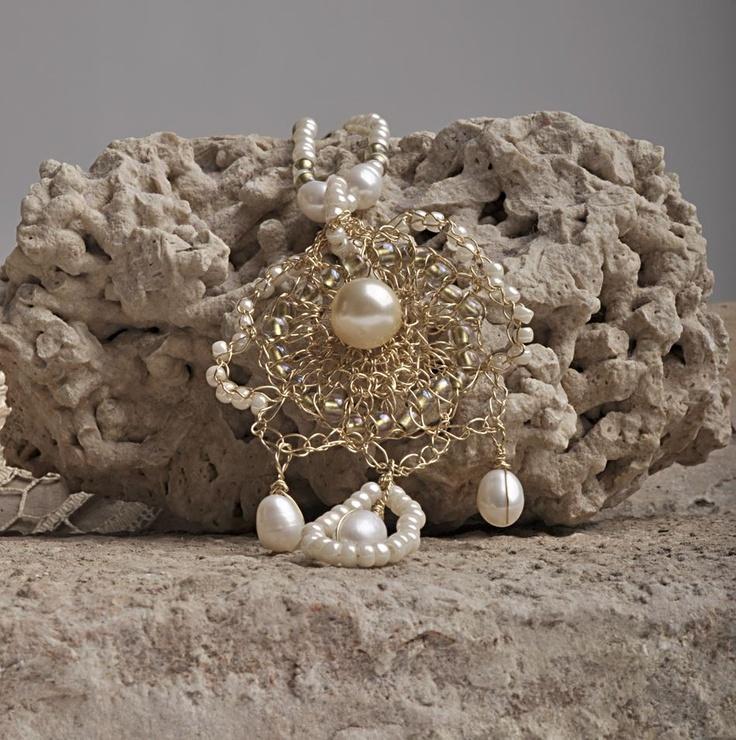 paroure all'uncinetto: ottone e perle d'acqua dolce