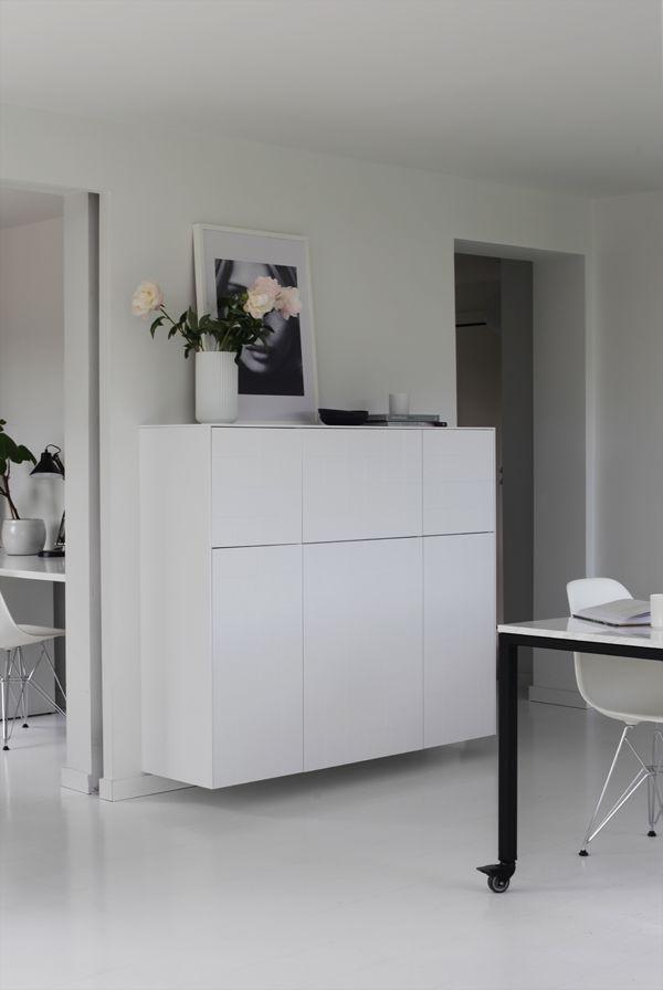 Jeg endte på nytt på en skapløsning fra Ikea, men denne gangen med fronter og sideplater fra Superfront. De gir hele skapet et løft, og selv om jeg velger hvitt så er ikke disse bare hvite. De har et fint mønster av grafiske linjer jeg neppe går lei. Skapet er satt sammen av seks veggskap fra Ikeas kjøkkenserie Metod, og hele skapet er 140 x 120 cm stort. Mye og praktisk oppbevaringsplass. Ikeaskapene finnes i mange forskjellige størrelser, og Superfront leverer fronter, dekksider og…