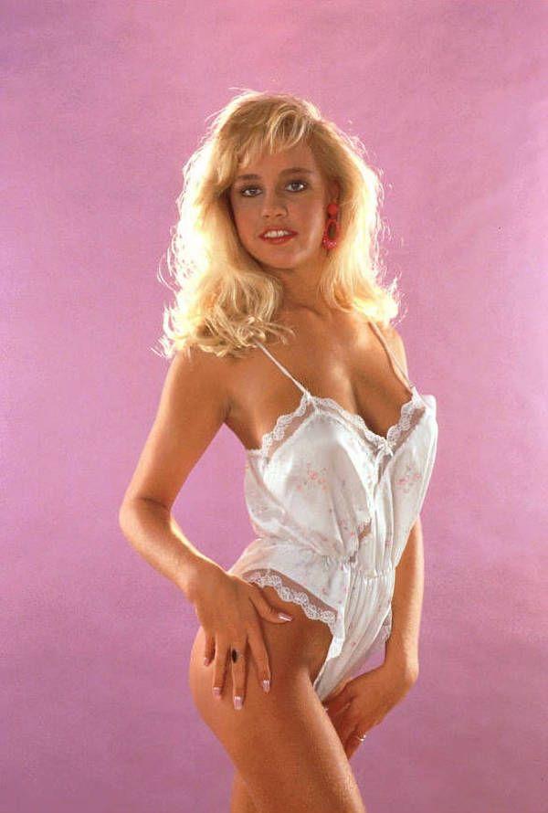 Сиськастая блондинка в чулках садится на большой хуй - порно видео PornoCase.Net