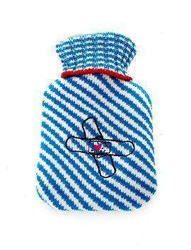 """Bei Bauchweh hilft eine Wärmflasche kleinen und großen """"Patienten"""". Die Wärmflasche hat eine gestrickte Hülle mit aufgesticktem Plaster, mit..."""