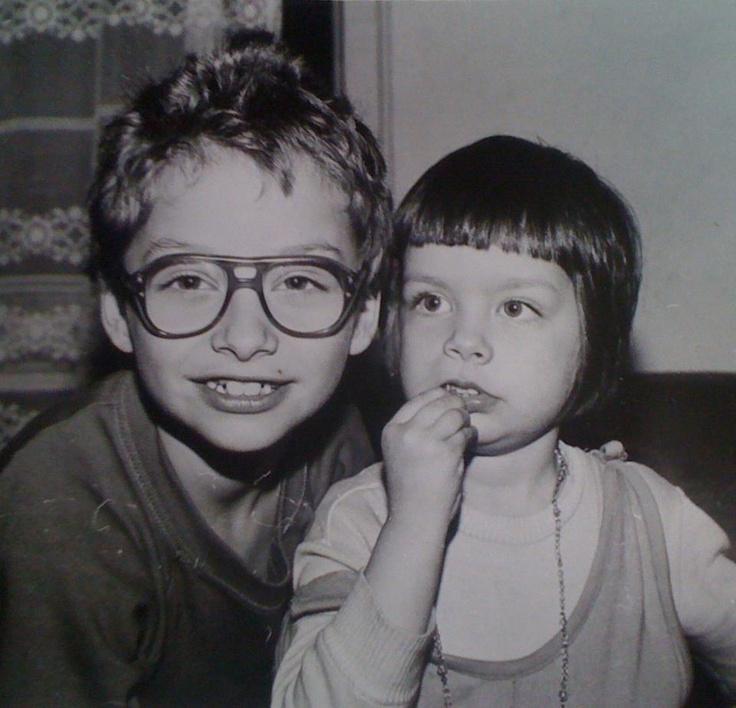 Moda anilor '90 - ochelarii cu ramă groasă și colierul de plastic erau un must have.  Album de familie - www.amalgamproject.ro