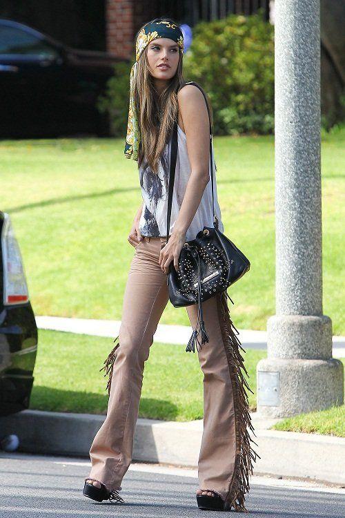Alessandra Ambrosio luciendo un look hippie vistiendo un pañuelo en la cabeza y pantalones adornados con borlas para un video y sesión de fotos en Beverly Hills.