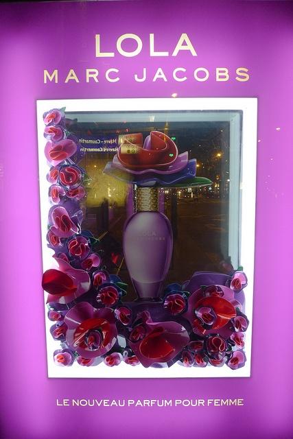 Vitrine d'abri bus - Lola, Marc Jacobs - Paris, mai 2010 by JournalDesVitrines.com, via Flickr