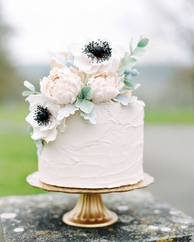 We're showing you how to dress up your #weddingcake with a few tips and tricks! Head over to #StyleMePretty to see more! #cake #weddingtips | Photography: @paulaohara | Cake: Cake Gifts | Film Scans: @ukfilmlab