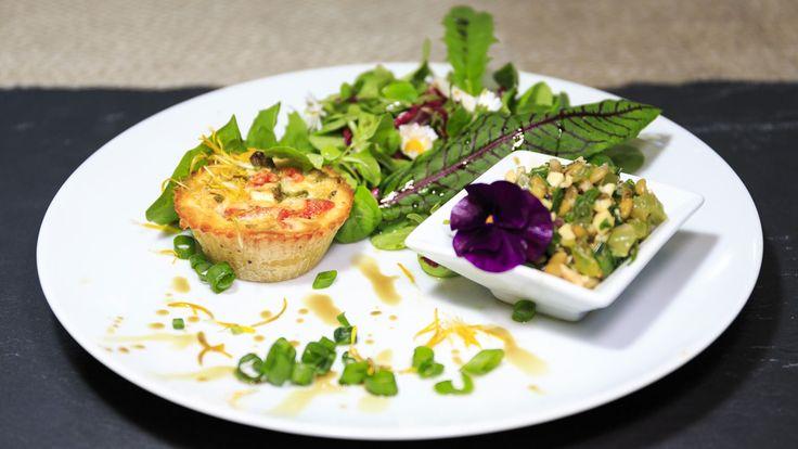 Folge 1 - Vorspeise: Mini-Quiche auf buntem Salat   Rezept   Lecker aufs Land