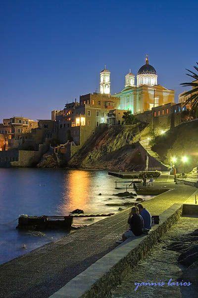 Syros Island / by Yannis Larios.  La isla de Siros es una pequeña isla de Grecia situada en el archipiélago de las Cícladas, en aguas del mar Egeo, y en ella está Hermópolis, la capital de la periferia de Egeo Meridional y de la antigua prefectura de las Cícladas.