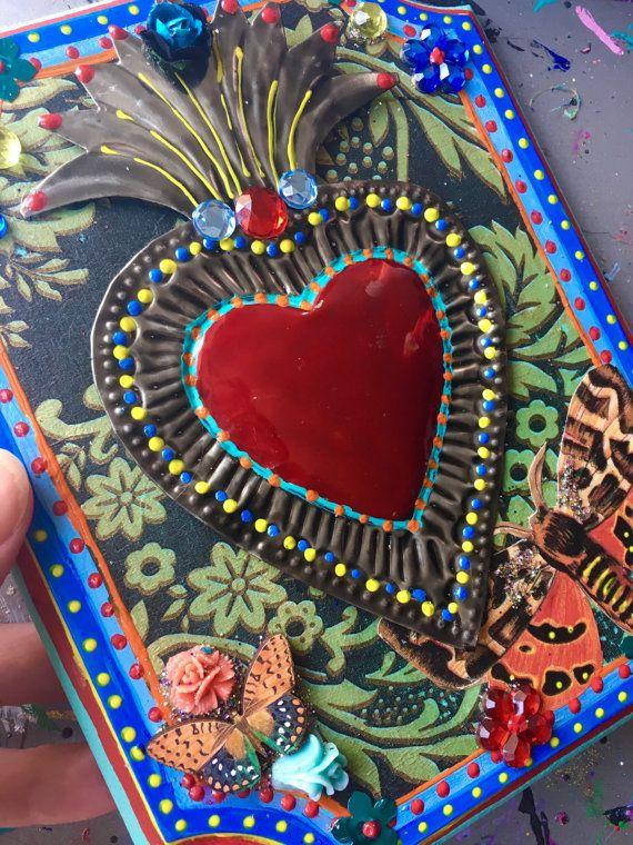 Placca di sacro cuore colorato  Blocco di placca di legno meraviglioso che è stato dipinto in un sacco di colori vivaci e dettagli - blu, turchese rosso e altro ancora. Io ho decorato questo blocco di legno dimensione incantevole nel mio stile messicano con vivaci dettagli vividi. Nel centro è un incantevole stagno sacro cuore dal Messico con una farfalla in legno e la farfalla di carta intorno ad esso.  Questo pezzo ha un sacco di dettagli di dipinti a mano ed è stato realizzato con lovel e…
