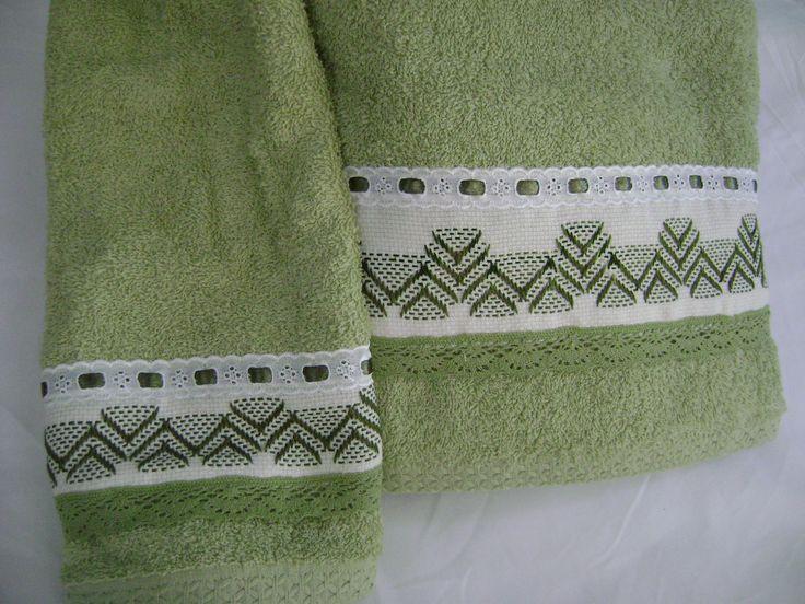 Otro juego de toallas (una de baño y una de mano) en tono verde manzana y bordada  en punto yugoslavo.