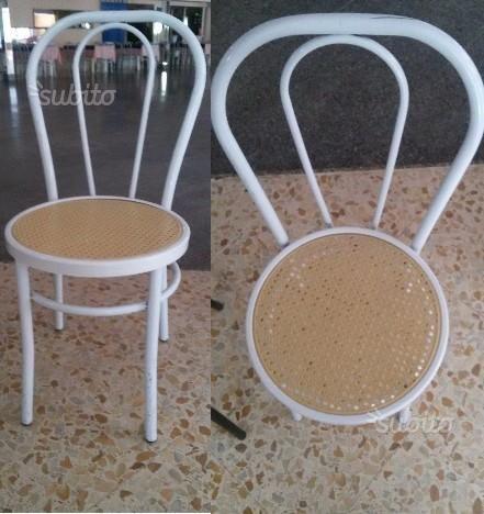 300x-sedie-bianche-in-metallo-con-fondo-grig