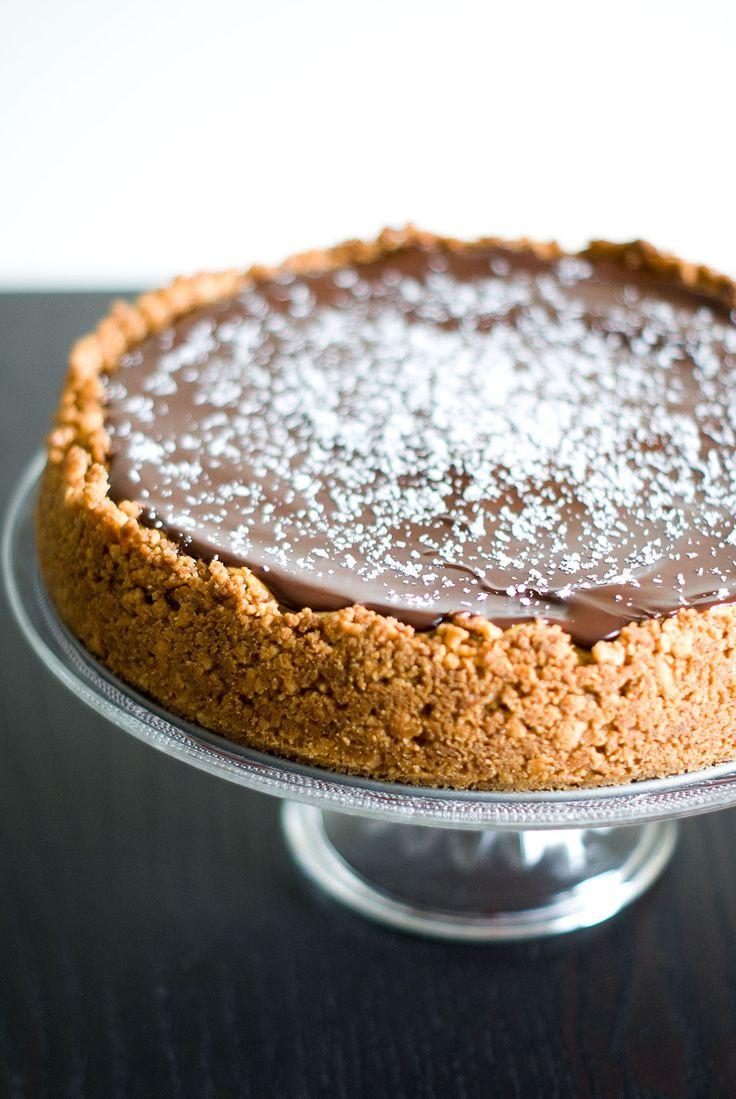 Et un cheesecake, encore un ! Je me suis laissée tentée par le fameux duo noix de coco-chocolat : ce cheesecake pourrait s'appeler je crois le Bounty®-Cheesecake. La texture du cheesecake est très fondante (dû à l'utilisation de crème fraîche et lait de coco, en plus du Philadelphia® cream cheese). J'ai aimé aussi la couverture en chocolat noir, qui durcit en refroidissant. Cheesecake ø 22cm Fond biscuité: – Préchauffer le four à 160° (chaleur traditionnelle). – Mixer assez finement 100g de…