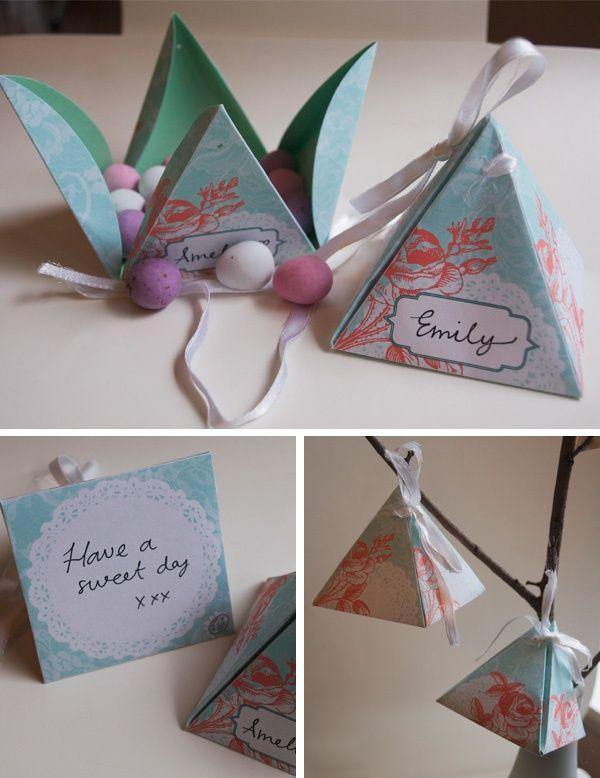 Caixinhas triangulares de papel.