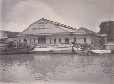 Vooraanzicht van de ketelmakerij en smederij van de N.V. De Nederlandsch-Indische Industrie, Fabriek van Stoom- en Andere Werktuigen aan de Kalimas te Soerabaja 1902 - 1907