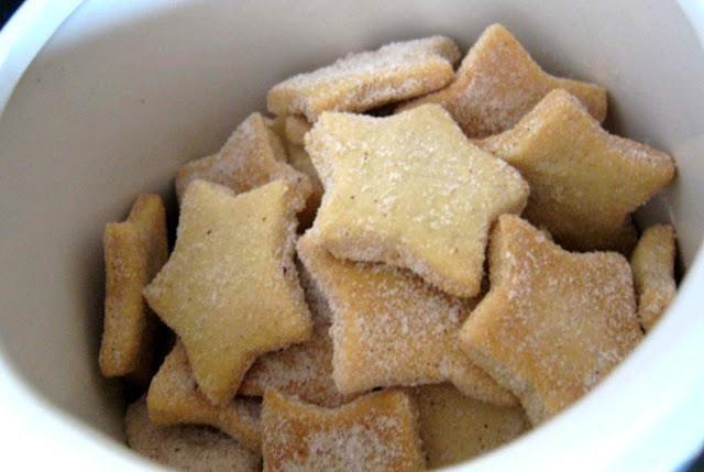 Estrela Dalva Ingredientes: 2 xícaras (chá) farinha de trigo 1 xícara (chá) de maisena 1/2 lata de leite condensado 2 ovos 1 colher (sobremesa) de fermento em pó 150g de margarina gelada