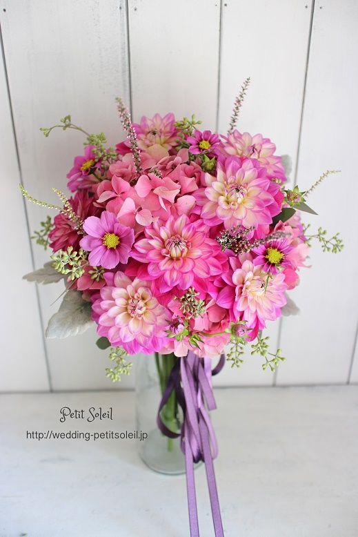 【ダリアとコスモスのピンクブーケ*濃いピンクが華やかなクラッチブーケ。ベルベットのリボンで秋らしく。