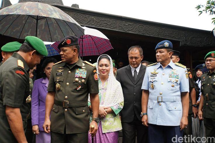 Di Astana Giribangun, Gatot didampingi Kepala Staf Angkatan Laut Laksamana Ade Supandi, Kepala Staf Angkatan Darat Jenderal Mulyono dan Kepala Staf Angkatan Udara Marsekal Agus Supriyatna. Selain itu, tampak juga puteri mendiang Presiden Soeharto, Titiek Hediati Hariyadi. Sebelumnya, Panglima TNI…