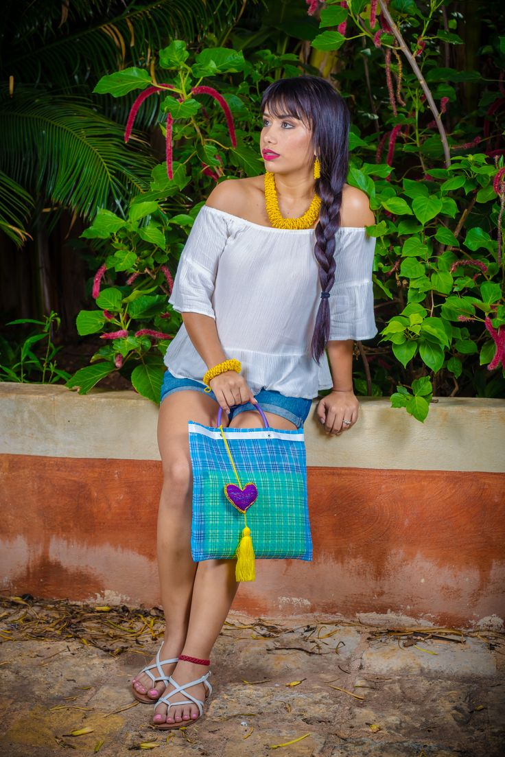 El tradicional Sabucan mexicano que con un poco de creatividad lo puedes convertir en una prenda moderna y elegante para llevar tus cosas ya sea a la playa o a la escuela.  Medidas : 30 x 31 cm