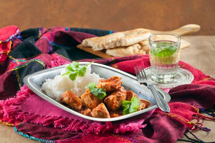 Butter chicken eli intialainen voikana on tunnettu intialainen ruoka, jossa broileri yhdistyy mausteiseen tomaatti-kermakastikkeeseen.