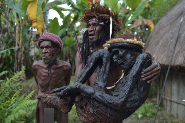 suku dani papua barat menghujani orang yang meninggal untuk menjaga rh pinterest com