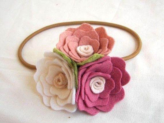 Diadema de flores de fieltro - Felt flower headband.