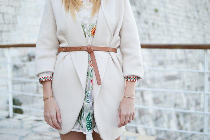 Jeżeli lubisz styl romantyczny, ten sezon należy do Ciebie! Kwiaty dodają lekkości oraz dziewczęcości. Tej wiosny ten motyw nosimy w bardzo kobiecym wydaniu. Jedwabne bluzki, rozkloszowane spódnice oraz sukienki z tym motywem zdominowały światowe wybiegi.