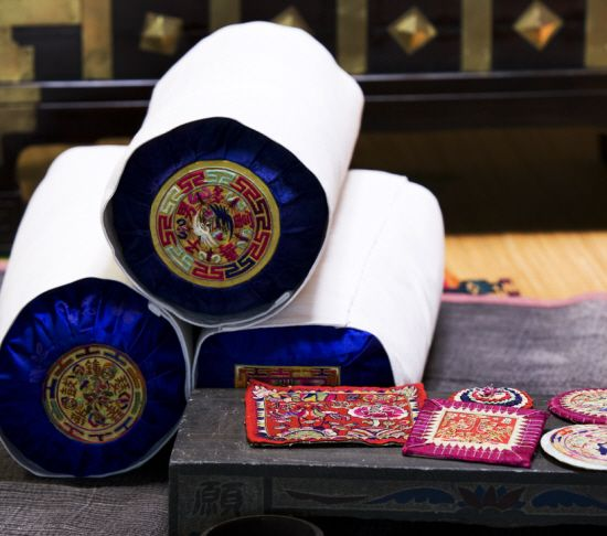 Embroidered Korean pillows/pillow pads. 이미석 우리옷과 규방공예 | 한국자수박물관 / 이렇게 소담한 베갯모 展 / 10월12일 부터 - Daum 카페