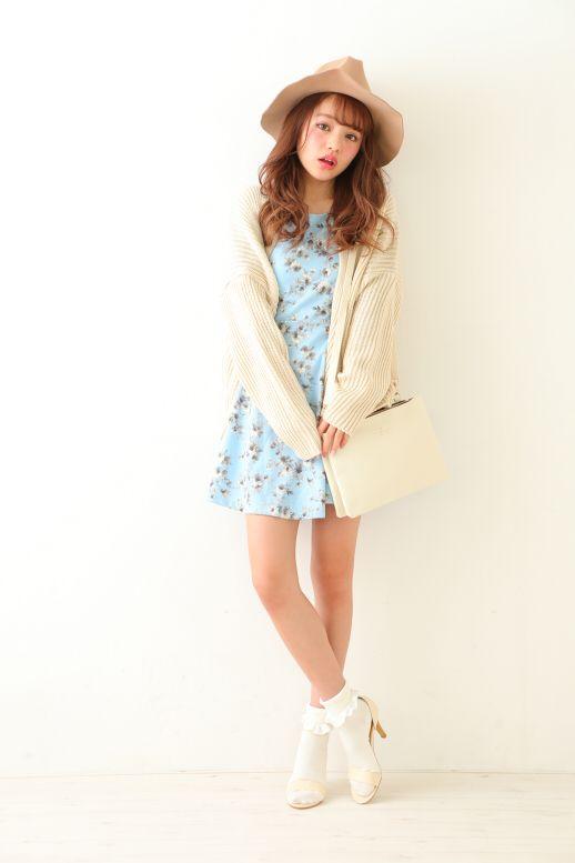 上品なブルーとホワイトでまとめれば、甘くなり過ぎない花柄ワンピ♪ ♡ガーリーなファッション スタイルのコーデまとめ♡