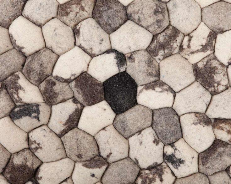 Steinteppene våre er ufargede tepper. De kommer fra India, og de ser helt ut som steiner. Da er det jo en fordel at de er myke å trø på da!