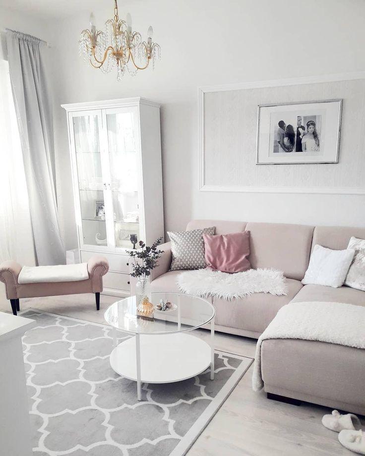 Schlichte Eleganz! In diesem wunderschönen Wohnzimmer in Grau & Rosa kann man sich nur Wohlfühlen. Ein einzigartiger Teppich, ein eleganter Couchtisch und ein flauschiges Fell sorgen für einen gemütlichen und stilvollen Look! // Wohnzimmer Sofa Kissen Couchtisch Fell Teppich Ideen Beistelltisch Weiss Grau Grey Rosa #Wohnzimmer #WohnzimmerIdeen #Sofa #Kissen #Couchtisch #Fell @interior_mrsfashionfrk
