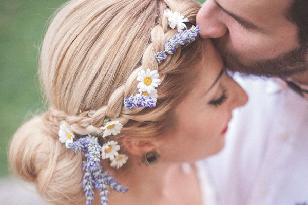 the loveliest flower crown with lavender and daisies http://weddingwonderland.it/2016/01/lavanda-margherite-per-un-matrimonio-rustico.html