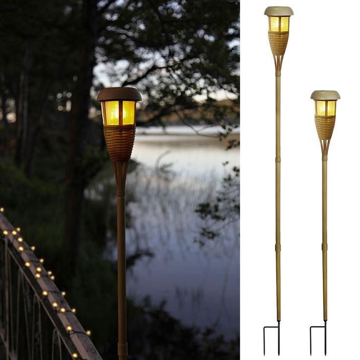 LED Solcelle Markeringslys Bambus - Bambus er et populært og bra materiale som er en av de mer miljøvennlige tresortene. Denne markeringslykten i bambus er enkel, men vakker og passer fint rundt om i hagen. Lykten er justerbar i høyden og har et skimrende lys som minner om en flamme. Lampen har skumringssensor.