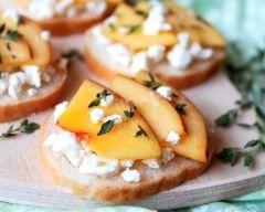 Tartines de pêches et mousse de chèvre citronnée : http://www.cuisineaz.com/recettes/tartines-de-peches-et-mousse-de-chevre-citronnee-64991.aspx