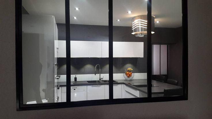 Une verrière contemporaine ouverte sur une belle cuisine blanche en U réalisée par le magasin Arthur Bonnet de Bressuire (79)