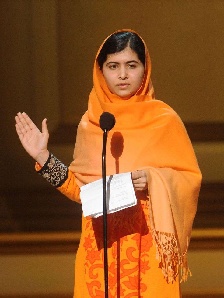 Malala Yousafzai est la plus jeune personne à avoir jamais reçu un Prix Nobel. La jeune femme pakistanaise a été grièvement blessée à la tête par des Talibans pour avoir été à l'école.