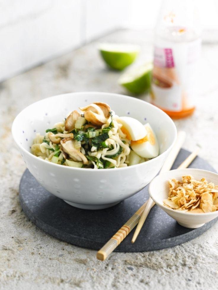 Bereiden: Kook de eieren hard. Kook de eiernoedels volgens de gebruiksaanwijzing al dente. Snij de paksoi in reepjes en de shiitake in stukjes. Rooster de amandelen in een droge pan goudbruin. Snij het pepertje fijn. Wok het pepertje, de paksoi en de shiitake in wokolie gedurende 5 minuten.