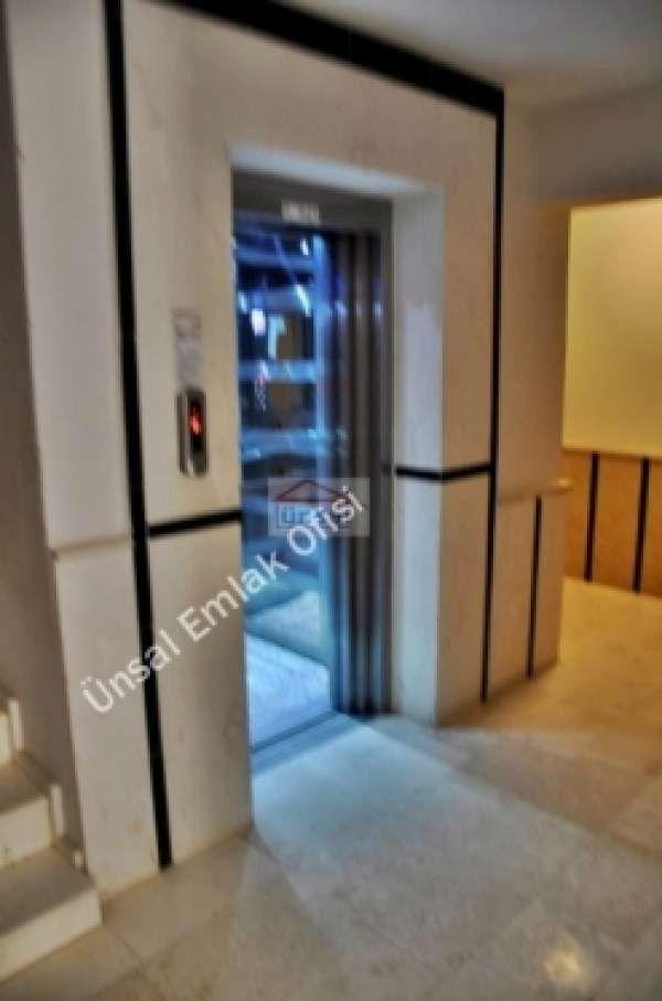 Didim Merkez'de 2 yıllık binada Deniz Manzaralı, Çatı dubleks, Dairenin girişinde 2 yatak odası, Bir Banyo wc ve balkon üst katta 1 yatak odası, 1 Salon, Ayrı Mutfak ve Barbekülü terastan ibarettir.