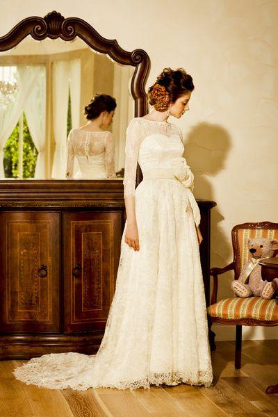アーネラ クロージング(Anela Clothing) アンティークスタイルのロングスリーブドレス。繊細な銀糸の総レースがブライズの魅力を引き立てる一着。