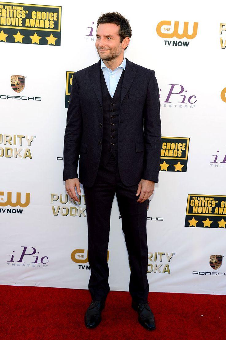 Bradley Cooper abogó por la elegancia más clásica de la mano de Bottega Veneta, sin corbata, con un traje de tres piezas  y una bonita camisa azul cielo