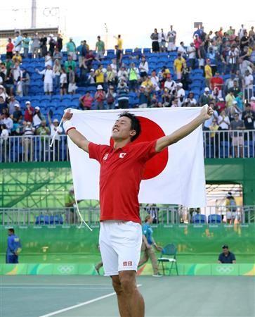 テニス男子シングルス3位決定戦 ナダルに勝利、3位が決まり日の丸を掲げ喜ぶ錦織圭=五輪テニスセンター(撮影・桐山弘太) 【96年ぶりの快挙一問一答】錦織「メダルを意識した。想像以上に出し過ぎちゃいましたね」