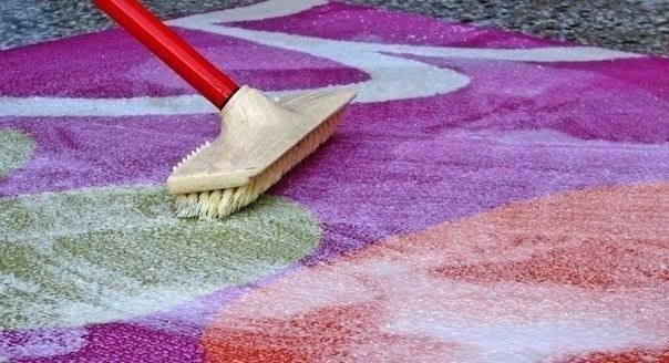 Для мытья ковра Чтобы сократить траты на средства для мытья ковров, которые нам предлагают купить в магазинах, давайте сделаем средство для мытья ковров сами. Это средство будет в разы дешевле, без бесконечного списка химии с составе и самое главное - оно будет чистить.  Итак, нам понадобится пустая тара среднего размера с распылителем, в которую мы добавим:   ✔1 столовую ложку соды;   ✔1/3 стакана уксуса;   ✔горячую воду, не кипяток (не доходя около 5 см до края тары);   ✔1 столовую ложку…