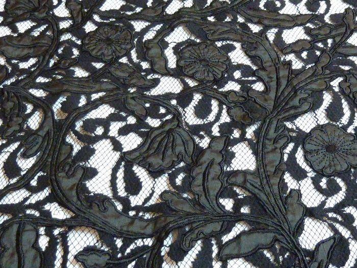 Dentelle noire avec applications de satin #tissu #mode #couture